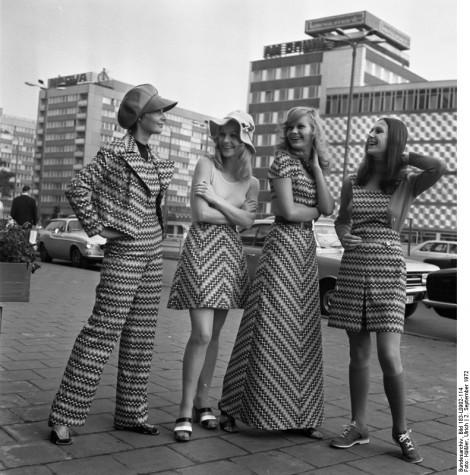 """ADN-ZB Häßler, 2.9.1972, Leipzig: Herbstmesse 1972 Vom Abendkleid bis zum Hosenanzug reicht die Modellpalette, die unter den Namen """"Jugend73"""" zur Herbstmesse vorgestellt wird. Sie ist gefertigt aus dem neuen, pflegeleichten und strapazierfähigem Gewebe """"Grisuten-esturan"""", das vom VEB Oberlausitzer Textilbetriebe, Neugersdorf, verarbeitet wird."""