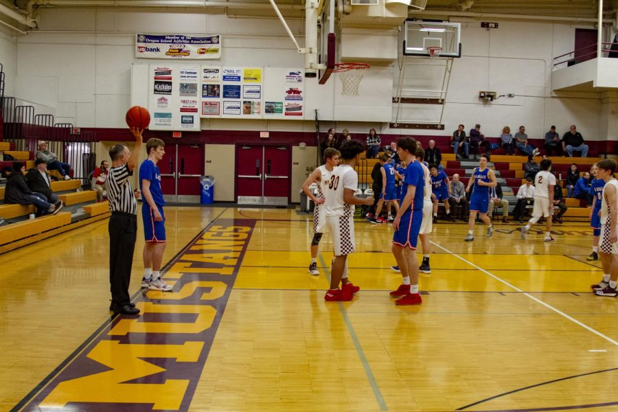 Senior+Jace+Norton+prepares+to+bring+the+ball+back+into+the+game+against+%2318+Milwaukie.